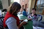 Týden zdraví ve Zlíně. Měření tlaku v podloubí u radnice na náměstí Míru ve Zlíně.