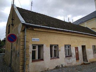 Objekt č.p. 16 v ulici P. I. Stuchlého ve Fryštáku, který má projít zásadní úpravou. Stane se nově součástí odpočinkové zóny.