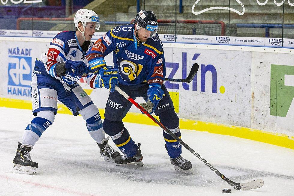 Extraligoví hokejisté Zlína (v modrém) v dohrávce 7. kola extraligy v úterý vyzvali  Kometu Brno. Na snímnku Ondráček.