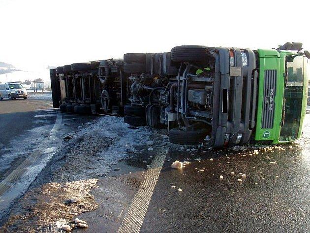 Nezvládnutá zatáčka nadjezdu směrem od Zlína-Malenovic k obchvatu Otrokovic zavinila havárii nákladní soupravy s tahačem v pondělí 15. února odpoledne.