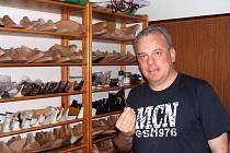 Zlínský designér obuvi Pavel Zapletal je jedním z mála, kteří provozují dříve tradiční místní řemeslo.
