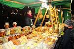 Stánkaři na Vánočním jarmarku ve Zlíně mají nelehkou práci. Mnozí se zahřívají, jak mohou.