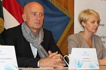 Senátor Ivo Valenta spojil síly s uznávanou advokátkou Janou Zwyrtek Hamplovou, která se specializuje na vzdělávání a právní pomoc samosprávám, a společně zakládají Akademii správ. Tisková konference se k ní konala v pondělí 26. září 2016 v Komni