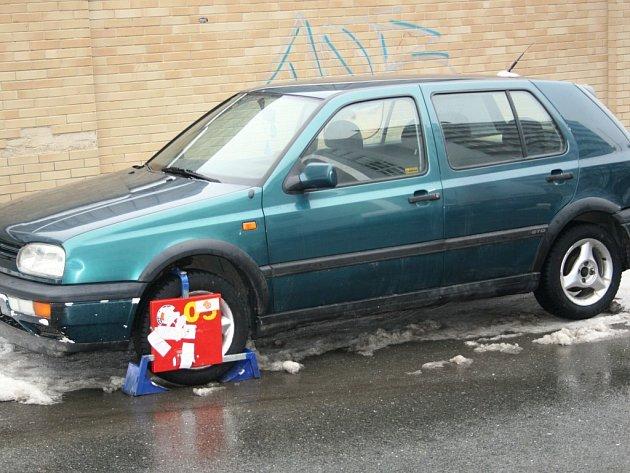 Neodjedeš. Auto je už několik dní v sevření nepopulární boričky.