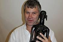 Fotograf Daniel Kadeřábek si přivezl z cest i sošku dívky z ebenového dřeva.