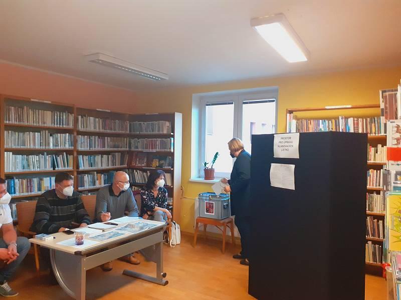 V referendu k plánované výstavbě obchvatu Drnovic měli místní občané možnost se vyjádřit v knihovně obecního úřadu. O patro výš pak hlasovali ve volbách do Parlamentu ČR.