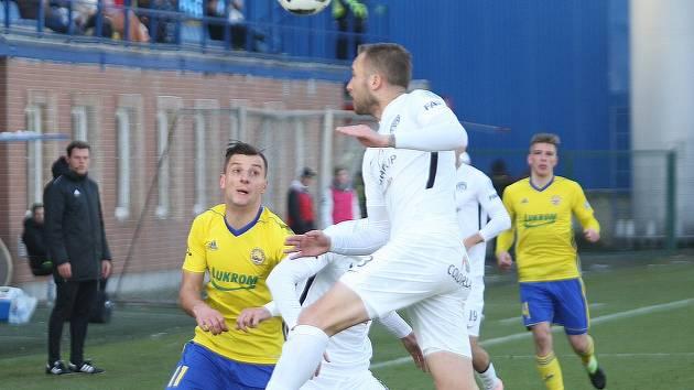 Na snímku  Michal Kadlec (v bílém) a Adnan Džafić.