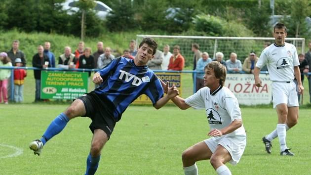 Fotbalisté Brumova (v bílém) i Slavičína (v modrém) nedostali ve víkendovém divizním kole gól. Prvně jmenovanému celku to stačilo na bod, druhý získal tři.