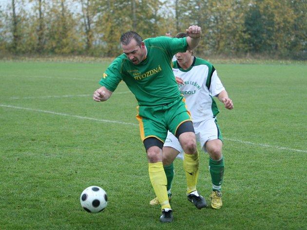 Po vítězství v Míškovicích si fotbalisté Fryštáku (v bílém) poradili i s Hvozdnou.
