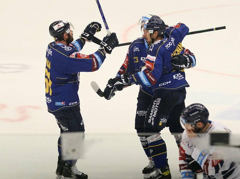 Extraligoví hokejisté PSG Berani Zlín (v modrém) ve 4. kole v pátek na svém stadionu hostili v derby ostravské Vítkovice. Na snímku střelec první zlínské branky Tomáš Mikúš.