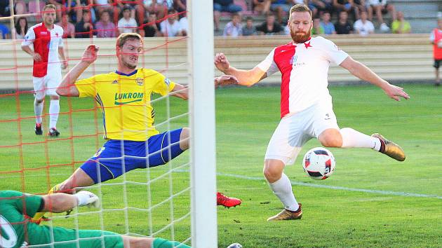 Fotbalisté třetiligové Kroměříže (v červenobílých dresech) vyzvali ve 2. kole celostátního poháru
