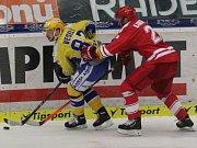 Extraligoví hokejisté Zlína (ve žlutém) v rámci 3. zápasu semifinále play off doma hostí Třinec.