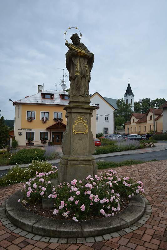 Vesničce Újezd na Zlínsku chybí podle místních snad jen moře. Na snímku z 26. srpna 2021 chvályhodná náves.