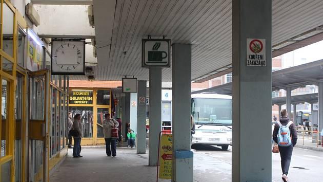 Zastaralé, nefunkční hodiny na autobusovém nádraží ve Zlíně vystřídají nové, digitální.