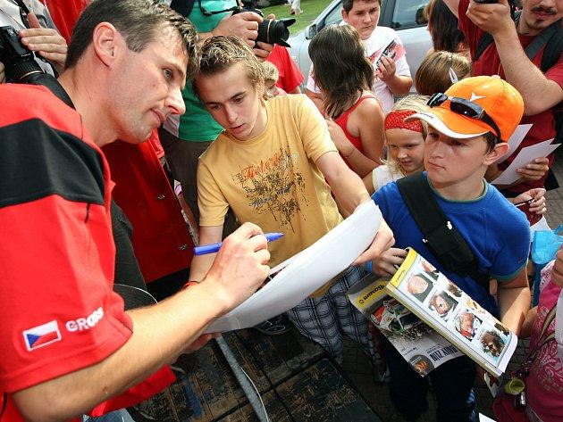 Fanoušci Barum Rally přivítali na zlínském náměstí jednoho z favoritů soutěže Romana Krestu.
