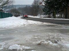 Ledová zatáčka u bývalé Riviéry ve Zlíně trápí řidiče několik let. Sůl nepomáhá. Silničáři apelují na majitele polní cesty