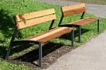 Nové lavičky v parku Svobody ve Zlíně.