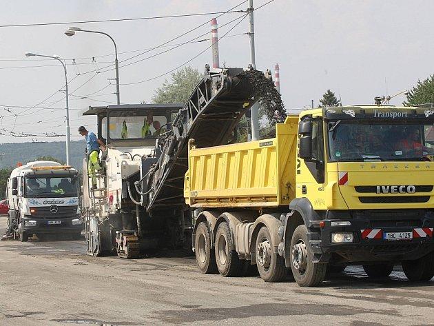 Oprava silnice na křižovatce v Kvítkovicích.