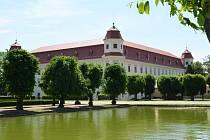 Započaly opravy holešovského zámku: dostane novou střechu, fasádu a dokonce nové osvětlení.