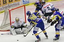 Extraligoví hokejisté Zlína (v modrém) proti Liberci.