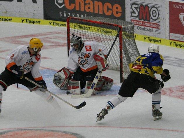 Hokejové utkání studentů Univerzity Tomáše Bati ve Zlíně (v oranžovobílém) a Masarykovy univerzity Brno (ve žlutomodrém)