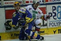 Hokej Zlín (v modrožlutém) - Pardubice.