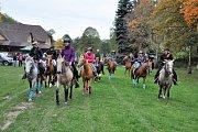 Svátek svatého Huberta připadá na 3. listopadu, v různých jezdeckých stájích se ale konají Hubertovy jízdy jako připomínka parforsních honů často již od konce září.