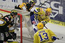 Zlínští hokejisté (ve žlutém) ve 20. kole extraligy doma hostili Litvínov. Na snímku Kubiš.
