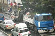 Frézování vozovky u zastávky MHD v ulici Sokolská.