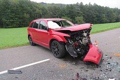 Čelní střet si vyžádal dvě zranění. Na vině je zřejmě předjíždění v nepřehledném úseku.