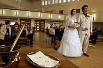 Česká svatba. Žáci ZŠ Křiby přiblížili typickou českou svatbu zahraničním kolegům.