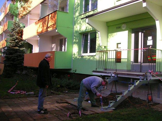 Bytové domy v ulici Kapitána Jaroše na sídlišti Trávníky v Otrokovicích mají nové venkovní schody. Ty staré byly totiž už v havarijním stavu, pod jedním obyvatelem také před časem jeden schod praskl.