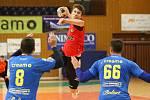 Do čtvrtfinále Českého poháru házenkářů postoupilo favorizované Zubří (v červeném), které díky zlepšené druhé půli vyhrálo na palubovce prvoligového Zlína 35:27. Na snímku Mořkovský.