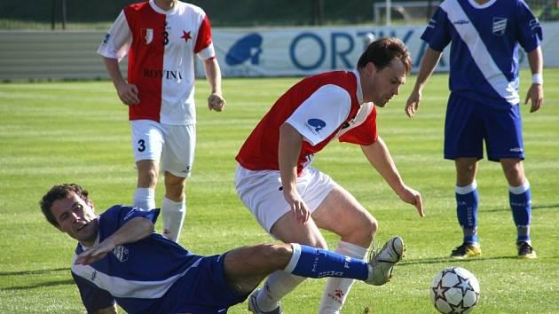 Zkušení David Klimek (v souboji o míč) i Ondřej Šillinger budou pomáhat mladším spoluhráčům v jarních odvetách.