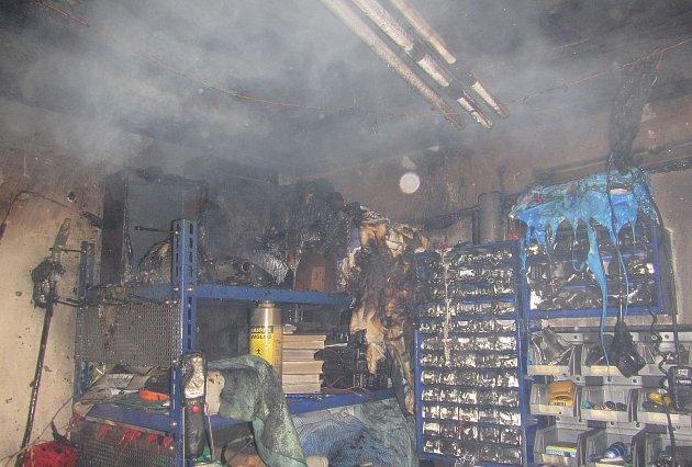 Jedna z řadových garáží v Broučkově ulici ve Zlíně hořela kvůli nedbalosti majitele.