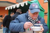 Před kostelem Panny Marie Pomocnice křesťanů ve Zlíně vydávali Tříkrálovou polévku významné osobnosti města Zlína.