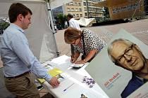 Podepisování petičních archů pro prezidentské volby ve Zlíně.
