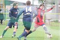Fotbalisté Valašských Klobouk v zápase s Lukovem (červení). Ilustrační foto