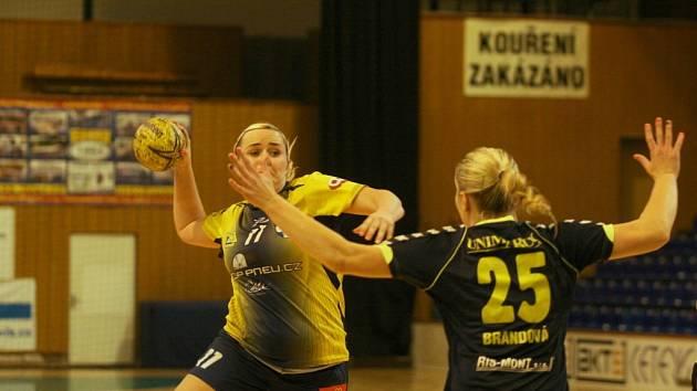 Prvoligové házenkářky Zlína B (v černém) na úvod soutěže v derby porazily Jiskru Otrokovice (ve žlutém) 32:23.
