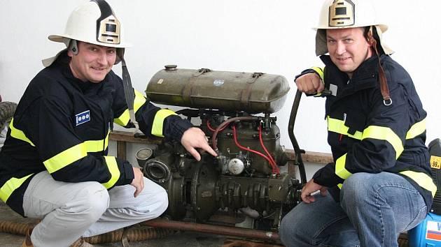 Velitel Pavel Červenka (vlevo) a starosta hrobického sboru dobrovolných hasičů Jaroslav Šimeček jsou hrdí i na plně funkční hasičskou stříkačku PS8 z roku 1950. Ta byla ještě před dvěma lety použita na soutěži veteránů.
