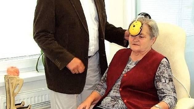 NÁZORNÁ UKÁZKA. Pacientka Anna Julinová s MUDr. Emilem Záhumenským při aplikaci terapie MDM.