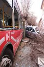 V Otrokovicích boural v pondělí ráno trolejbus.