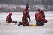 Zlínští hasiči v úterý trénovali na Fryštácké přehradě vyproštění osob, pod nimiž se prolomil  led.