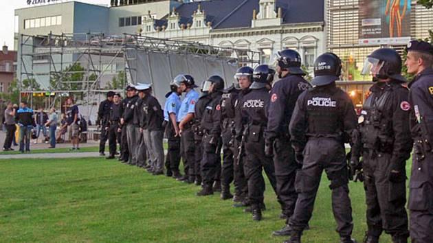 Policisté na zlínském náměstí