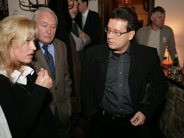 Kandidát na hejtmana Miroslav Šindlář z ODS (s brýlemi).