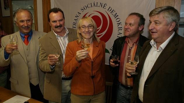 Sociální demokraté si připíjejí na vítězství.