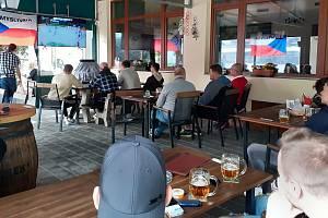 Fandění českým hokejistům v úvodním zápase MS s Ruskem ve Zlíně, 21. května 2021