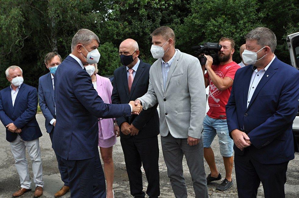 Premiér ČR Andrej Babiš se ve středu 14. července 2021 v areálu muničních skladů ve Vrběticích ve Zlínském kraji zdraví se starosty a zástupci okolních obcí.