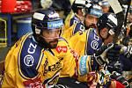 Extraligoví hokejisté Zlína (ve žlutém) v pátek v 7. kole doma hostili Pardubice.  Na snímku Herman. Foto: pro Deník/Jiří Hejtmánek