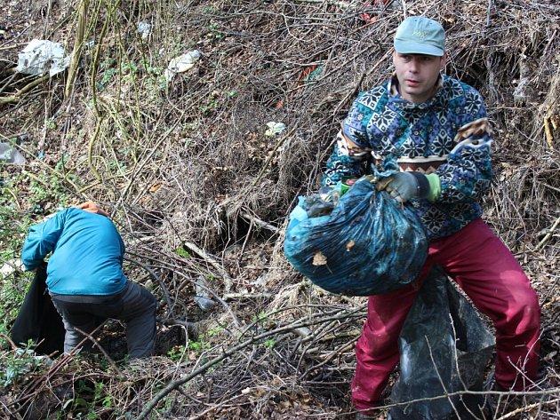 V Komárově se v sobotu 18. dubna 2015 konala úřadem pořádaná akce nazvaná Ukliďme svět kolem nás. Tamní lidé tak sbírali odpady ze starých černých skládek v katastru obce, odstranili také odpad kolem potoka.